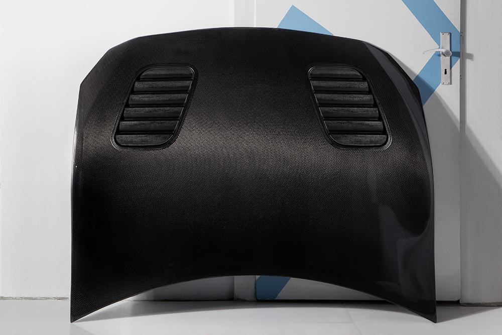Motorhaube-schwarz-mit-Lueftung